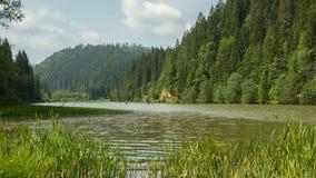 Timelapse en las montañas del lago rojo almacen de video