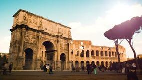 Timelapse en un día ventoso en el arco de Constantina, arco triunfal cerca del Colosseum en el centro de Roma metrajes