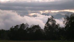 Timelapse epico del paesaggio della nuvola della montagna video d archivio