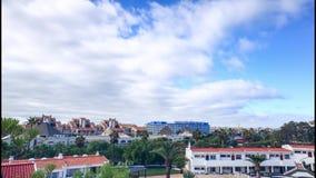 Timelapse estático com nuvens e a cidade moventes em Tenerife video estoque