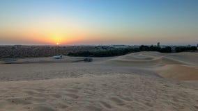Timelapse extremo del paisaje del desierto con la puesta del sol anaranjada, fondo arenoso hermoso con luz del sol caliente, árab almacen de metraje de vídeo
