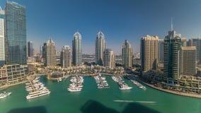 Timelapse för aeral för Dubai marinaskyskrapor hela dagen, port med lyx seglar och marinapromenad arkivfilmer