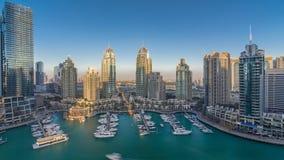 Timelapse för aeral för Dubai marinaskyskrapor, port med lyx seglar och marinapromenad lager videofilmer