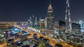 Timelapse för Dubai i stadens centrum horisontnatt med mest högväxt byggnad och vägtrafik, UAE lager videofilmer