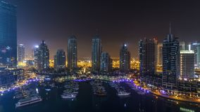 Timelapse för Dubai marina hela natten och att blänka ljus och mest högväxt skyskrapor under en klar afton