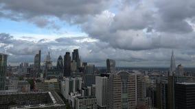 Timelapse för London stadshorisont med moln i eftermiddagen lager videofilmer