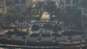 Timelapse för morgonen för aeral för den Dubai marinaspringbrunnen, port med lyx seglar och marinapromenad lager videofilmer