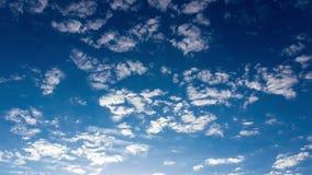 Timelapse fördunklar på en blå himmel arkivfilmer
