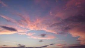 Timelapse fördunklar på himmel under solnedgången som får mörker i härliga färger stock video
