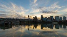 Timelapse 0f覆盖和沿威拉米特河的水反射有城市地平线的波特兰或4k 影视素材