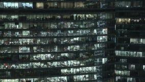 Timelapse fasad som skjutas av fasad för skyskrapa s i centrum Låst ner nattskott arkivfilmer