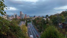 Timelapse film av upptagen trafik för huvudväg 26 in i i stadens centrum Portland Oregon 1080p arkivfilmer