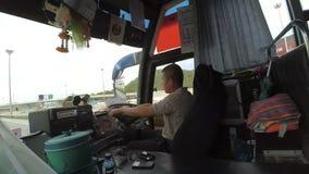 Timelapse-Film des nicht identifizierten lokalen Fahrers, der Transportbus durch die Straßen um die Stadt fährt stock video