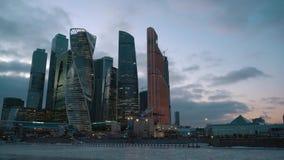 Timelapse Finansiellt område av staden Moderna skyskrapor Dag - solnedgång lager videofilmer