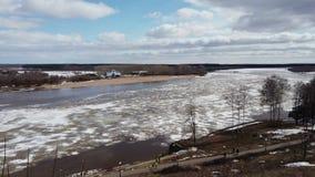 Timelapse-Flussfrühling in den Eiseisgang-Himmelwolken stock video footage