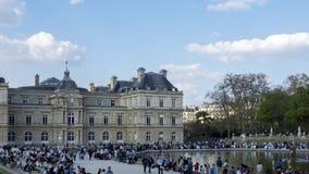 Timelapse: Folk som tycker om solsken i den Luxembourg tr?dg?rden p? s?ndag - Paris lager videofilmer