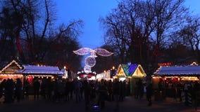 Timelapse Fondo della sfuocatura con Bokeh della luce di Natale nell'inverno ucraino del mercato, di natale e del nuovo anno di N video d archivio
