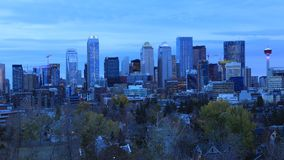 Timelapse från dag till natten av Calgaryen, Kanada horisont 4K stock video
