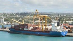 Timelapse fraktbåt som laddas i Barbados