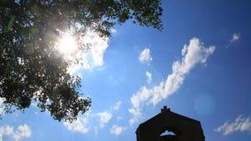 Timelapse francuza wierza dzwon z olśniewającym słońcem w Pyrenees, Francja zdjęcie wideo