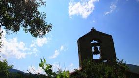 Timelapse francuza wierza dzwon z olśniewającym słońcem w Pyrenees, Francja zbiory