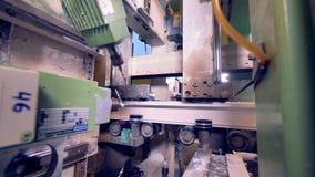 Timelapse Geautomatiseerd gerobotiseerd industrieel materiaal die plastic detail verwerken stock video