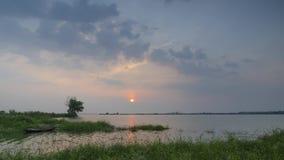 Timelapse-Gesamtlänge des Sonnenuntergangs neben einem See im Sommer stock footage