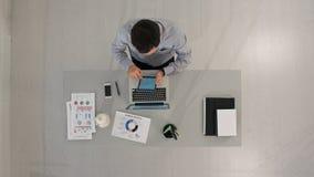 Timelapse-Geschäftsmann, der mit Tablet-Computer arbeitet Beschneidungspfad eingeschlossen Lizenzfreies Stockbild
