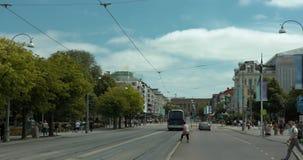 Timelapse Gothenburgs najwięcej sławnej ulicy, Avenyn Ludzie, tramwaje i samochody pod chodzeniem, chmurnieją zdjęcie wideo