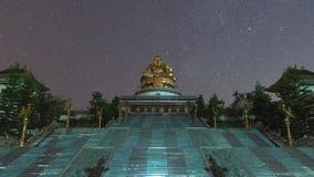 Timelapse gwiazdy rusza się w nocnym niebie nad Watem Muen Buddha Mettakhunaram, Chiangrai, Tajlandia zbiory wideo