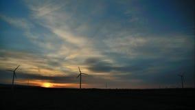 Timelapse-Helligkeit morgens an den Windkraftanlagen stock video
