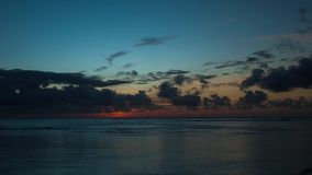 Timelapse hermoso de la salida del sol sobre el océano almacen de metraje de vídeo