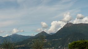 Timelapse, het Meer Como op een achtergrond van dorpen in de bergen en de blauwe hemel met cirruswolken bewegen zich snel over stock videobeelden