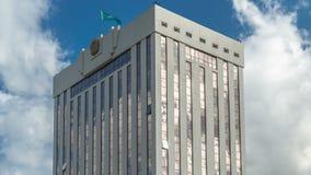 Timelapse himmel och moln som reflekterar över skyskrapa i Astana lager videofilmer