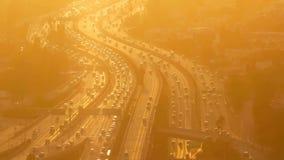 Timelapse hundratals bilar är tävlings- längs stadsautobahnen stock video