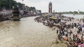 Timelapse huvudsaklig badningghat i haridwar, Indien stock video