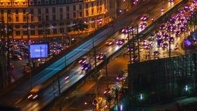 timelapse, il traffico dell'automobile del veicolo sulla strada della strada principale, considerato giorno alla notte, angolo ba archivi video