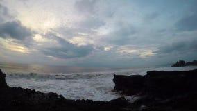 Timelapse im Sonnenuntergang: Ozean, Himmel und Tanah-Lostempel stock video