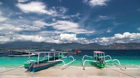 Timelapse Indonesische boten op tropisch strand op gilieiland, Indonesië stock videobeelden