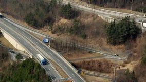 Timelapse intensywny ruch drogowy na autostradzie, wiele samochodów ruszać się zbiory