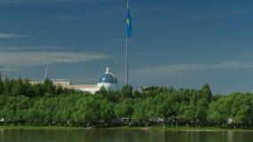 Timelapse Ishim реки, здания, предпосылки, tratuar и деревья в парке день солнечный astana kazakhstan акции видеоматериалы