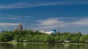 Timelapse Ishim реки, здания, предпосылки, tratuar и деревья в парке день солнечный astana kazakhstan видеоматериал