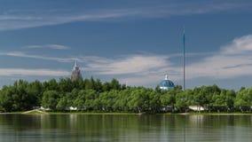 Timelapse Ishim реки, здания, предпосылки, tratuar и деревья в парке день солнечный astana kazakhstan сток-видео