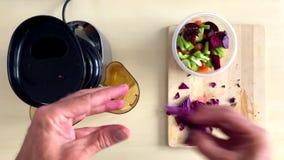 Timelapse juicing vegetal saudável com placa de corte vídeos de arquivo