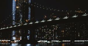 Timelapse 4K Нью-Йорк моста Манхаттана ночи Взгляд низкого угла выхода структуры подвесного кабеля Ориентир ориентир архитектуры акции видеоматериалы