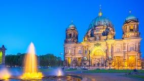Timelapse 4K, Berlin Cathedral of Berliner Dom bij nacht in Berlijn, Duitsland, videotijdtijdspanne stock videobeelden