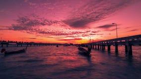 timelapse 4K Boote auf dem Pier Chalong während eines roten Dämmerungssonnenaufgangs in Phuket stock video
