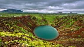 timelapse 4K Cratera vulcânica de Kerid (Kerið) - uma cratera de um vulcão extinto, cuja a última erupção ocorresse mais de 6 video estoque