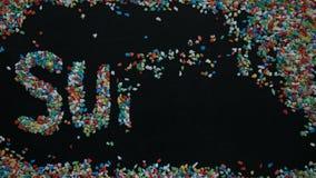 timelapse 4K de mot d'été fait à partir du gravier coloré sur le panneau de craie noir