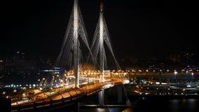 timelapse 4K de nouveau pont câble-resté en route dans le St Petersbourg la nuit banque de vidéos